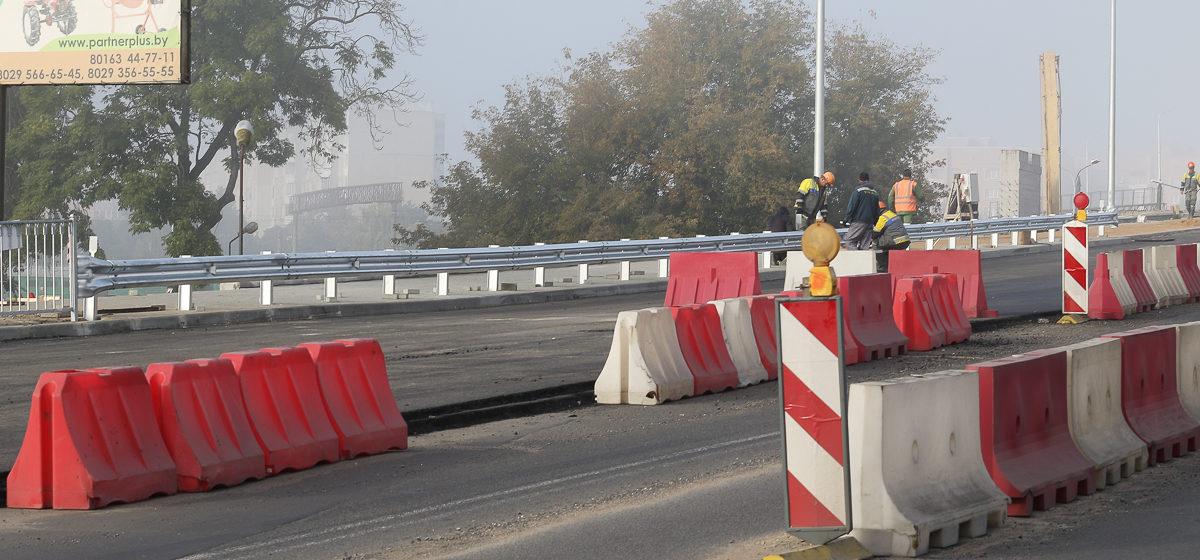 На Полесском путепроводе в Барановичах устанавливают «отбойники». Фотофакт