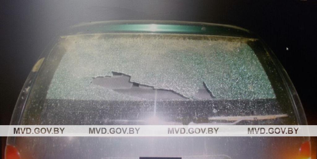 «Не хотели подвезти». Парень камнем разбил стекло в проезжавшем мимо автомобиле в Ляховичском районе