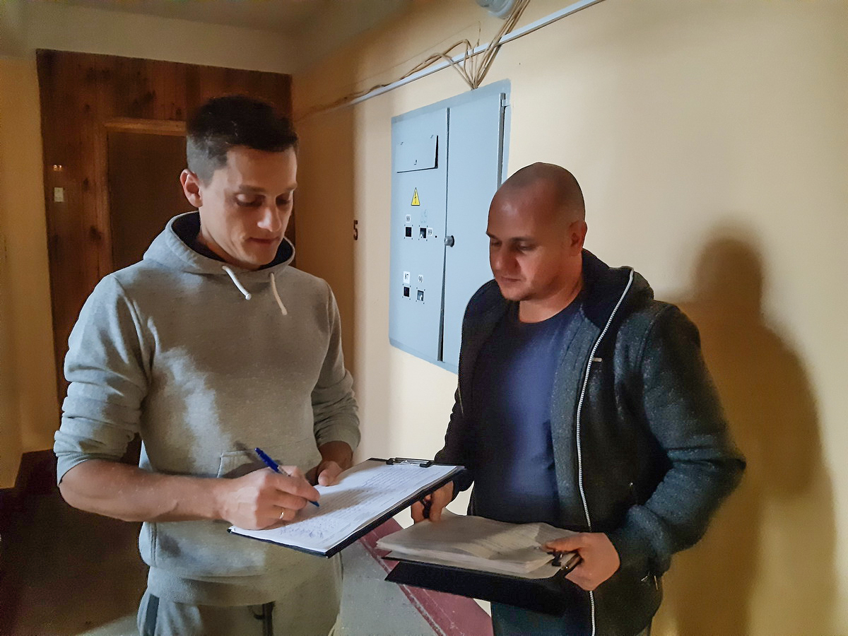 Александр Езепчик, житель дома №177/4 на улице Тельмана, ставит подпись в поддержку Дмитрия Августа