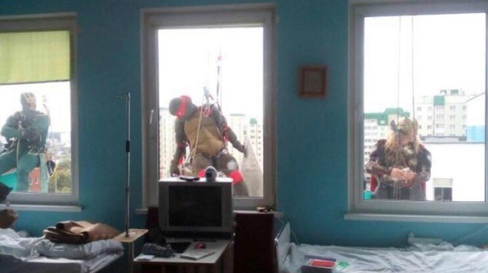 Как супергерои мыли окна в Центре детской онкологии в Минске. Фотофакт
