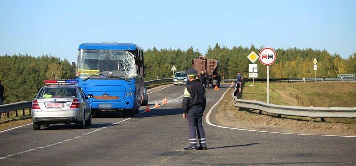 Пригородный автобус и грузовик столкнулись под Барановичами. Фото