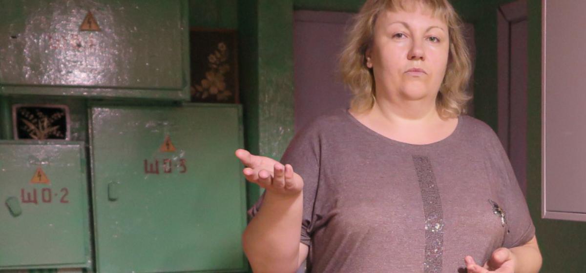 Анна Шевцова стоит на месте, где раньше сидел вахтер. Фото: Ирина ПЛЮТО