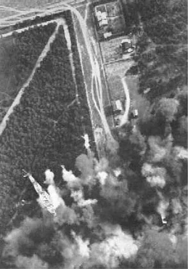 Здымак з нямецкага самалёта падчас бамбавання Баранавіч. З левага ніжняга краю відаць вежа радыёстанцыі. Фота са збораў Генрыха БЕРАЗОЎСКАГА, Польшча