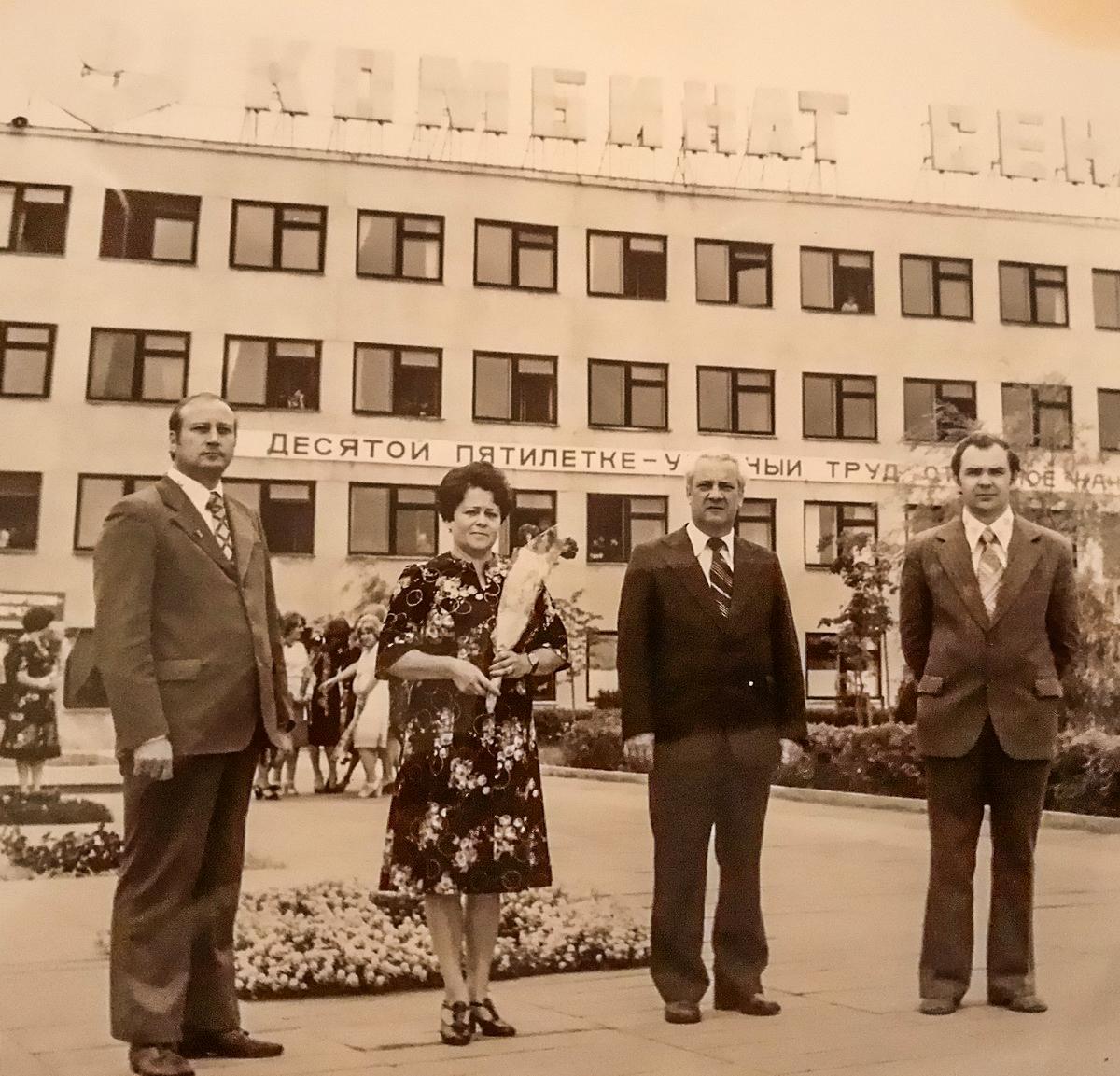 Анатолий Калеников (первый справа) в годы работы на Барановичском комбинате сенажных башен