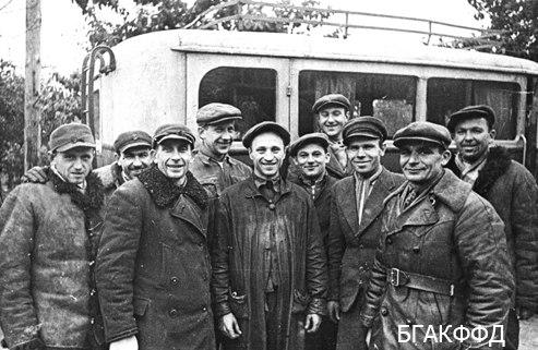 Группа шоферов и механиков, бывших безработных, в гараже г. Барановичи. Фото: БГАКФФД