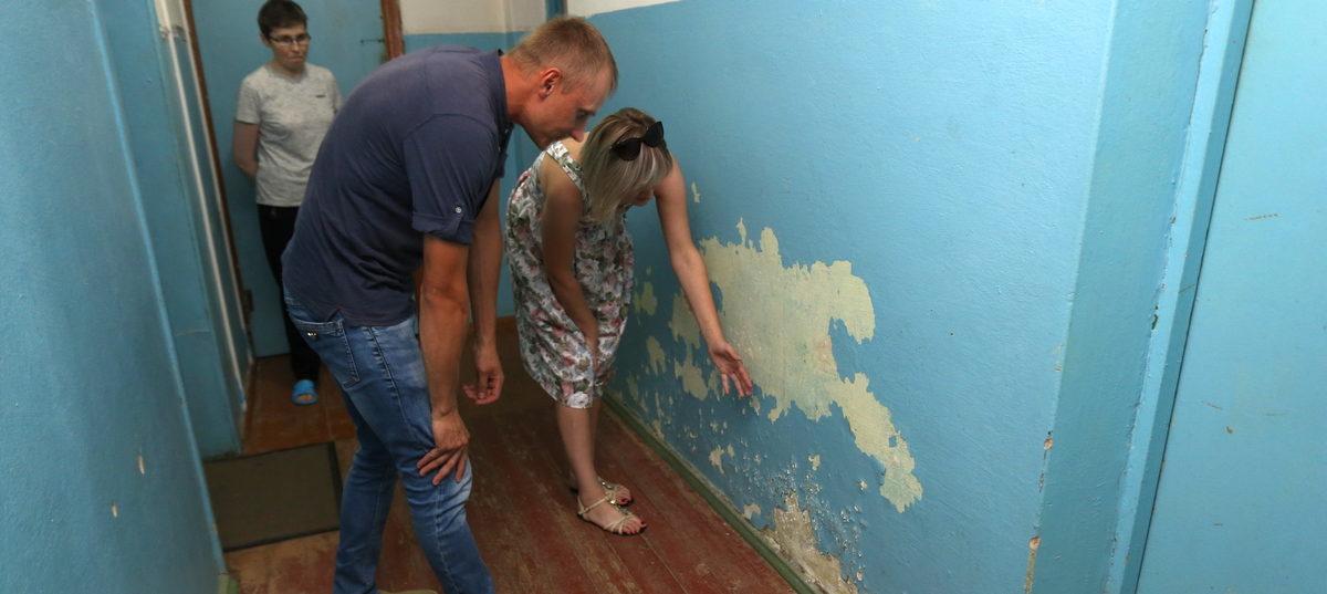 «Вместо заглушек на трубах – тряпки». Жители восьми комнат общежития годами ждут ремонта. Соседям его сделали еще несколько лет назад
