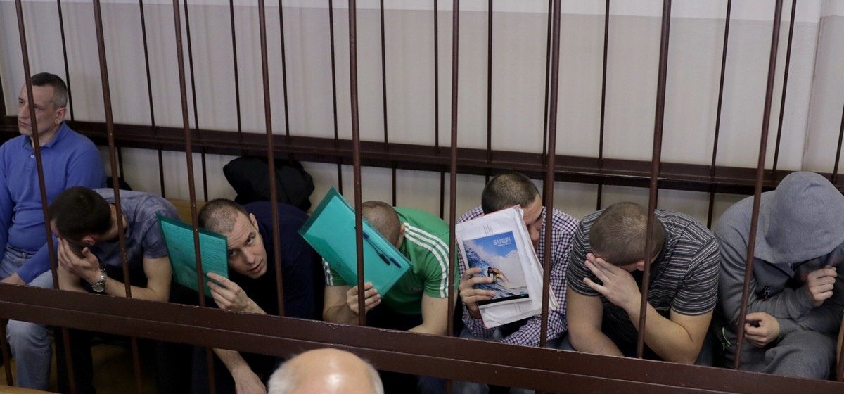 Подсудимые рассказали, как выносили, продавали и покупали автоматы и пистолеты из воинской части в Барановичах. Онлайн с заседания суда