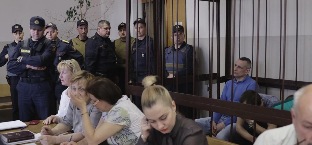 «Из КГБ после двух месяцев вывезли на инвалидной коляске». Четвертый день суда по факту кражи оружия из Барановичского гарнизона. Онлайн