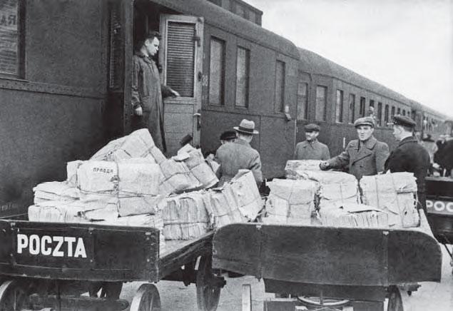 Конец 1939 года. С прибывшего в г. Барановичи поезда выгружают упаковки свежей газеты «Правда».