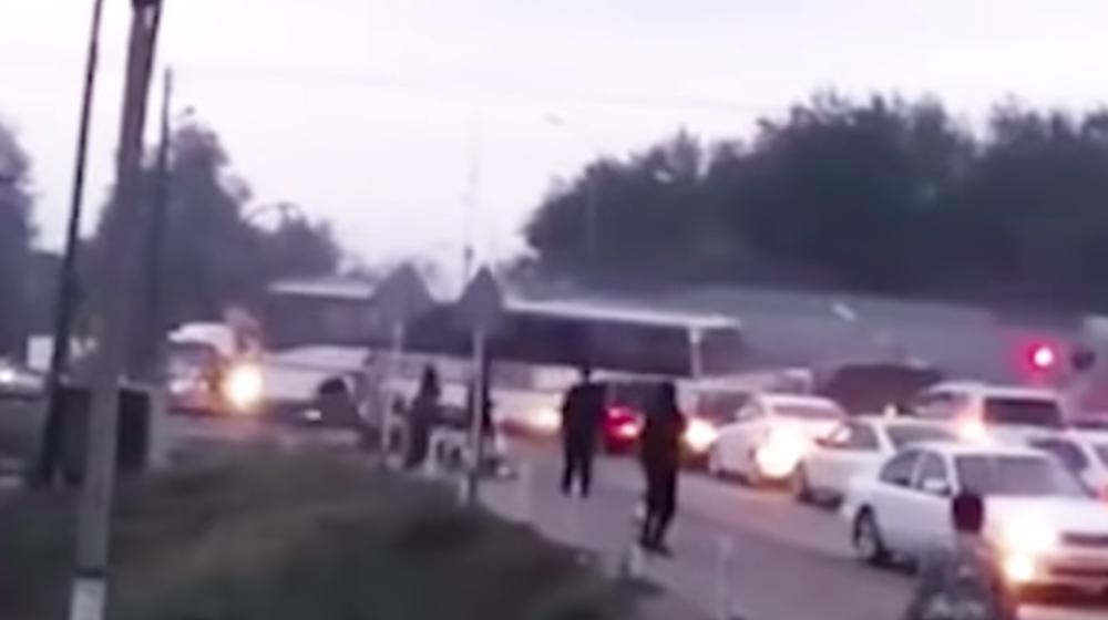 Поезд протаранил автобус с людьми, который застрял на переезде в Казахстане. Видеофакт