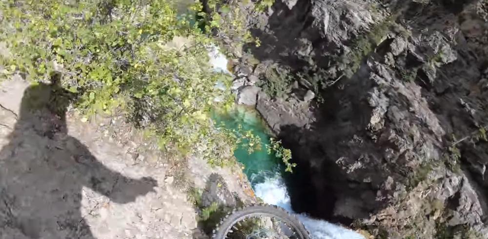 Американец на мотоцикле сорвался с 20-метрового утеса и смог записать видео, которое шокирует