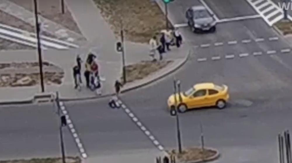 Малышка упала на дорогу прямо перед автомобилем в Бресте и чудом избежала наезда. Видеофакт