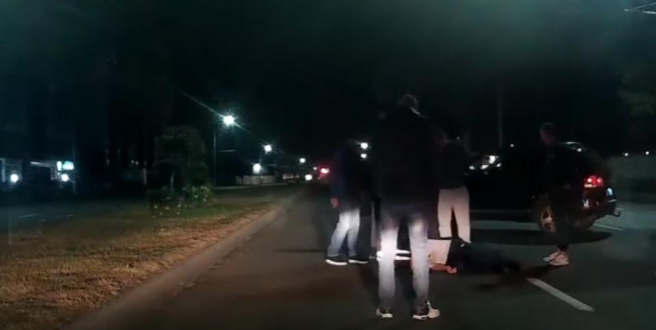 В Бресте водители спасали агрессивного пешехода, который улегся на дороге. Видео