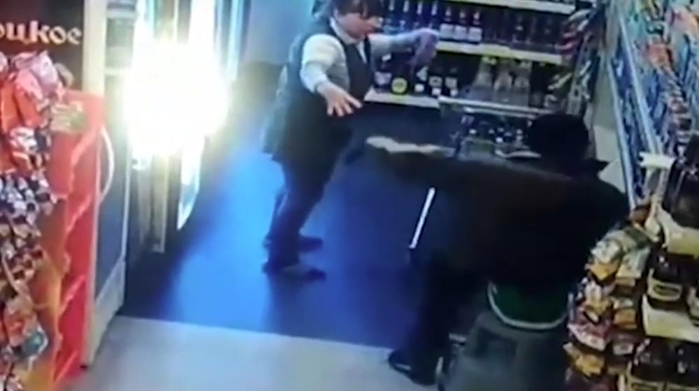 Продавщица магазина мастерски отбилась от грабителя с ножом в Полоцке. Видеофакт