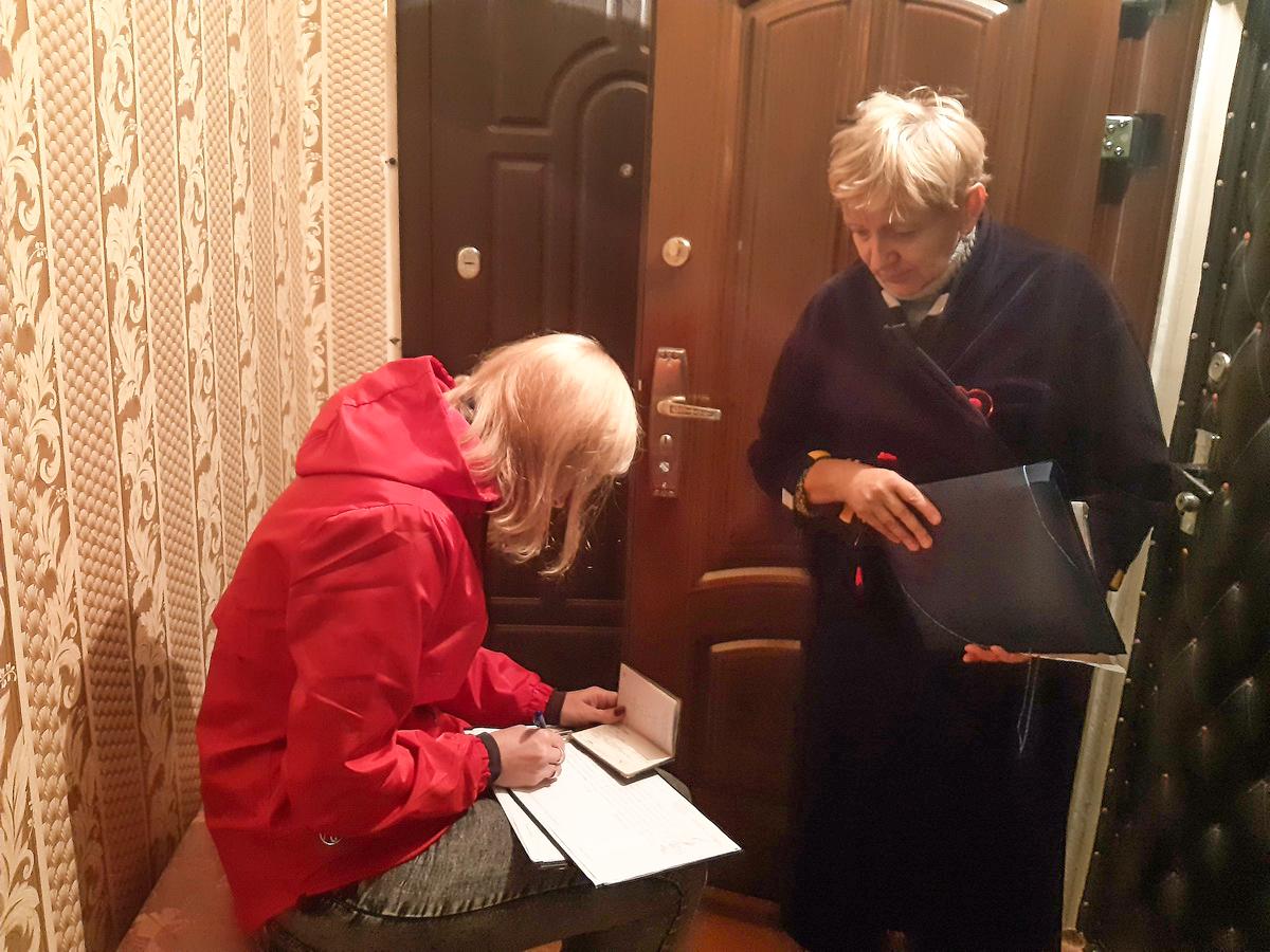 Галина Александровна Калиничева, жительница дома 177/6, и член инициативной группы Наталья Хвойницкая