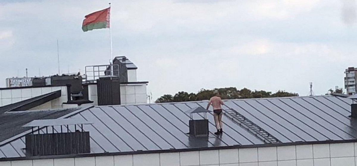 Мужчина в трусах гулял по крыше Дома правосудия в Бресте. Фотофакт