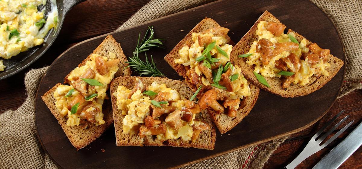 Вкусно и просто. Яичница с лисичками на хлебе
