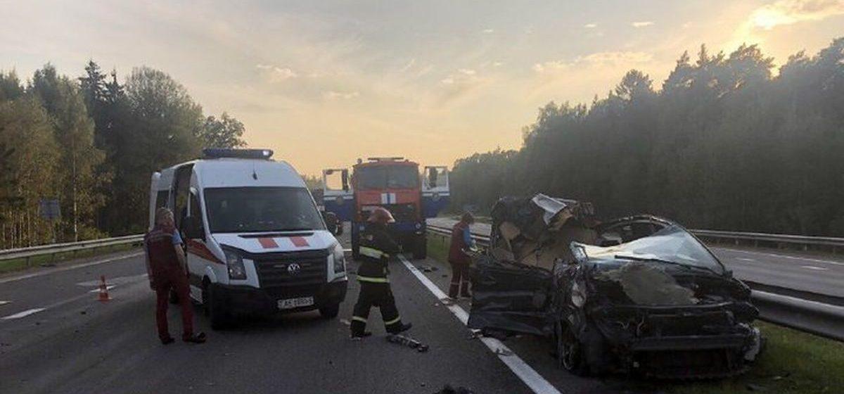 Водитель Ford пытался уйти от столкновения и попал под фуру в Минском районе: погибла его жена. Видео