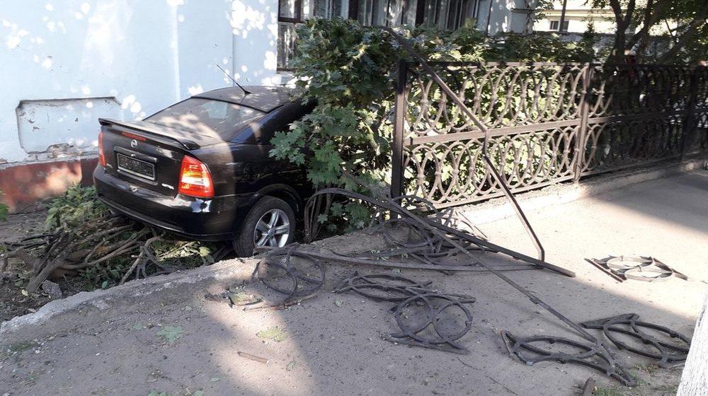 Легковушка влетела в здание станции скорой помощи в Барановичах. Фотофакт