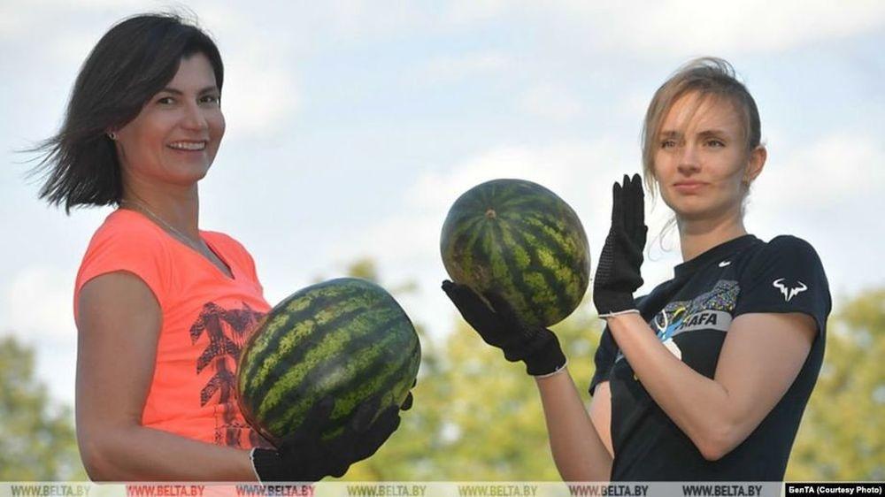 29 августа 2019 года. Мария Богомолова (справа) во время уборки арбузов с Александром Лукашенко. Фото: БЕЛТА