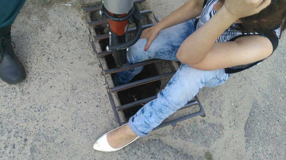 В Мозыре девушка провалилась ногой в ливневку по колено, ей понадобилась помощь спасателей