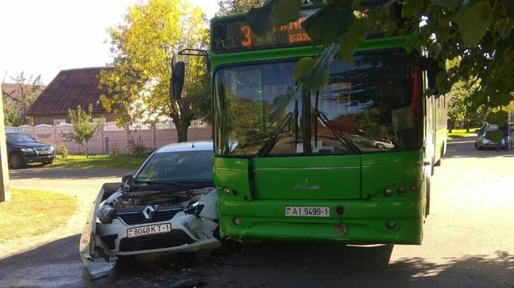 Легковушка и автобус столкнулись в Барановичах. Фотофакт