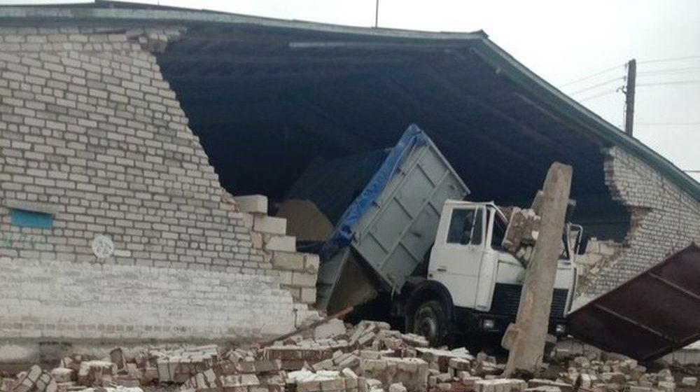 Грузовик снес часть стены склада, которая упала на грузчика в Лидском районе. Мужчина погиб