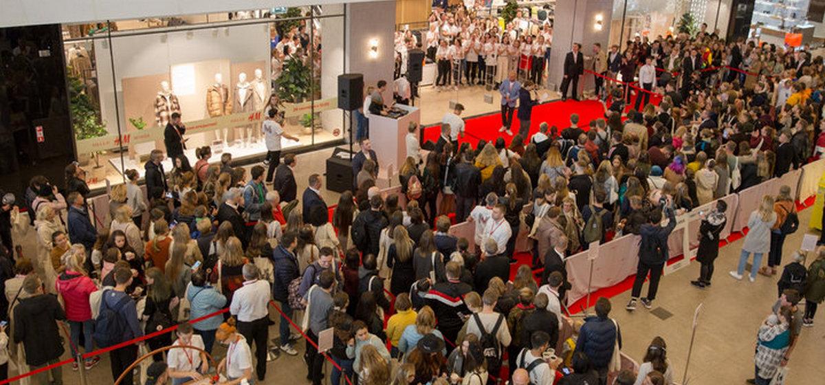 «Пришел в пятницу в час дня». В Минске первые покупатели H&M сутки караулили открытие магазина