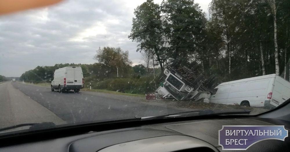 На трассе между Барановичами и Ивацевичами грузовик и бус вылетели в кювет. Фотофакт