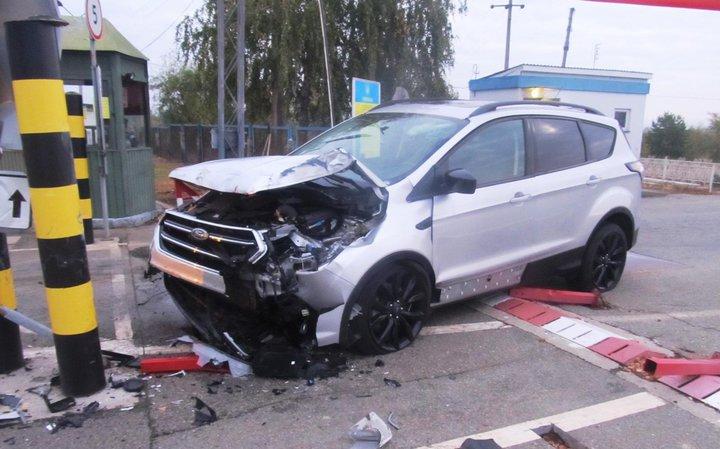 Украинец на машине пытался прорваться в Беларусь. В итоге разбито оборудование пограничников и авто