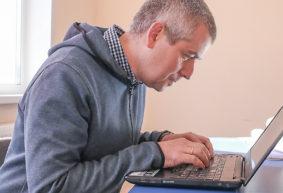 Как не «посадить» здоровье за компьютером, рассказали врачи