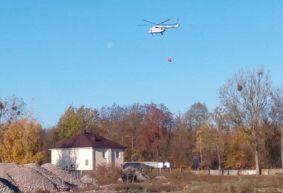 Вертолет набирает воду из водохранилища Мышанка возле Барановичей. Видеофакт