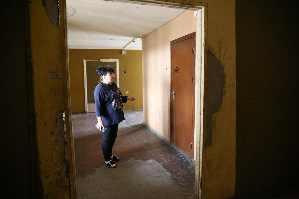 Татьяна Масюк показывает, что на полу в общежитии почти не осталось линолеума.  Фото: Александр ЧЕРНЫЙ