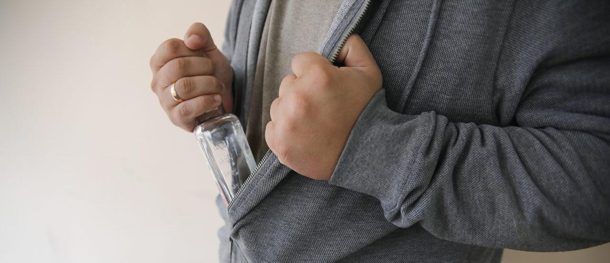В Барановичах безработный похитил с прилавка магазина водку и убежал