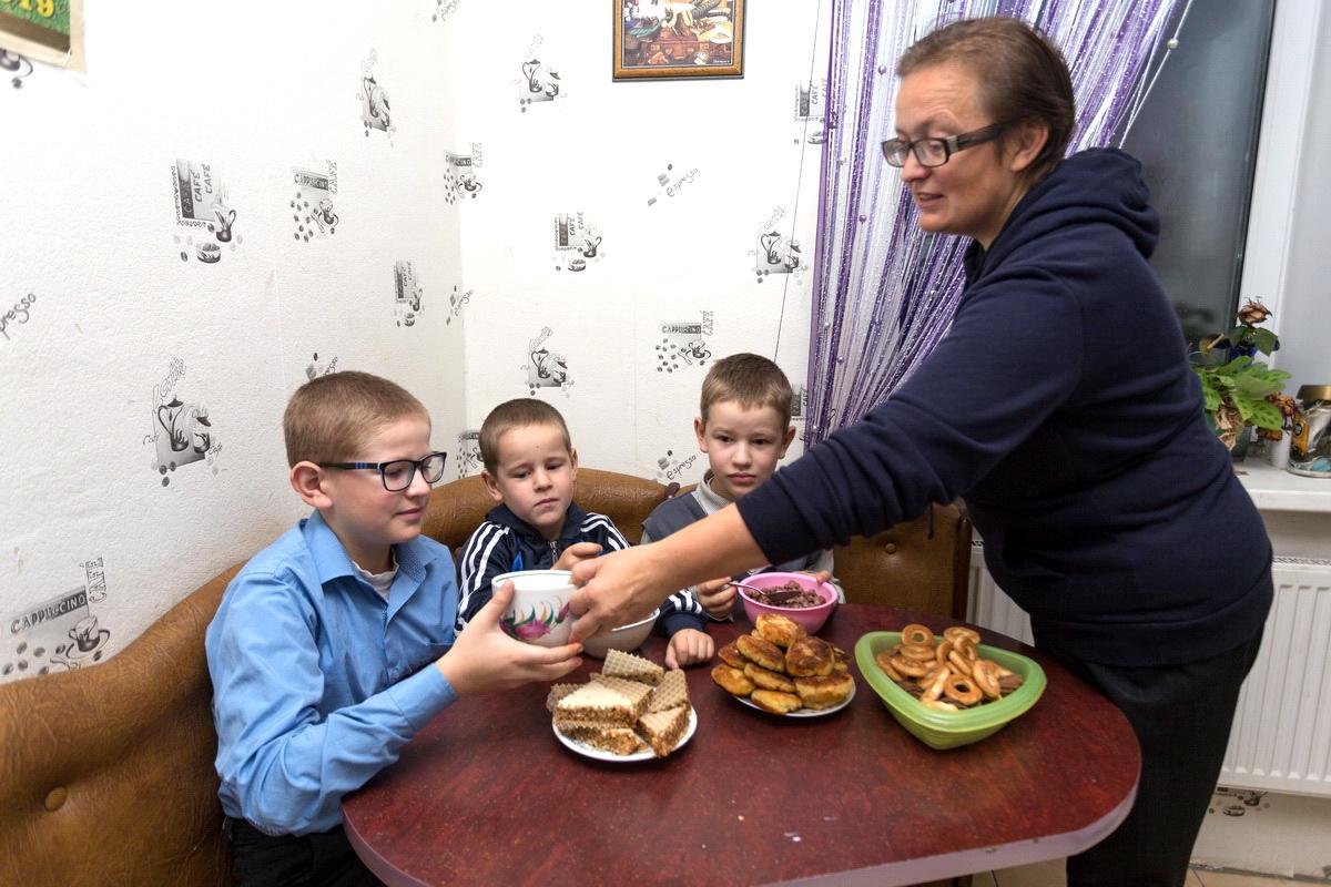 Елена Дегиль кормит сыновей завтраком перед тем, как отправить их на школьный автобус.  Фото: Александр ЧЕРНЫЙ