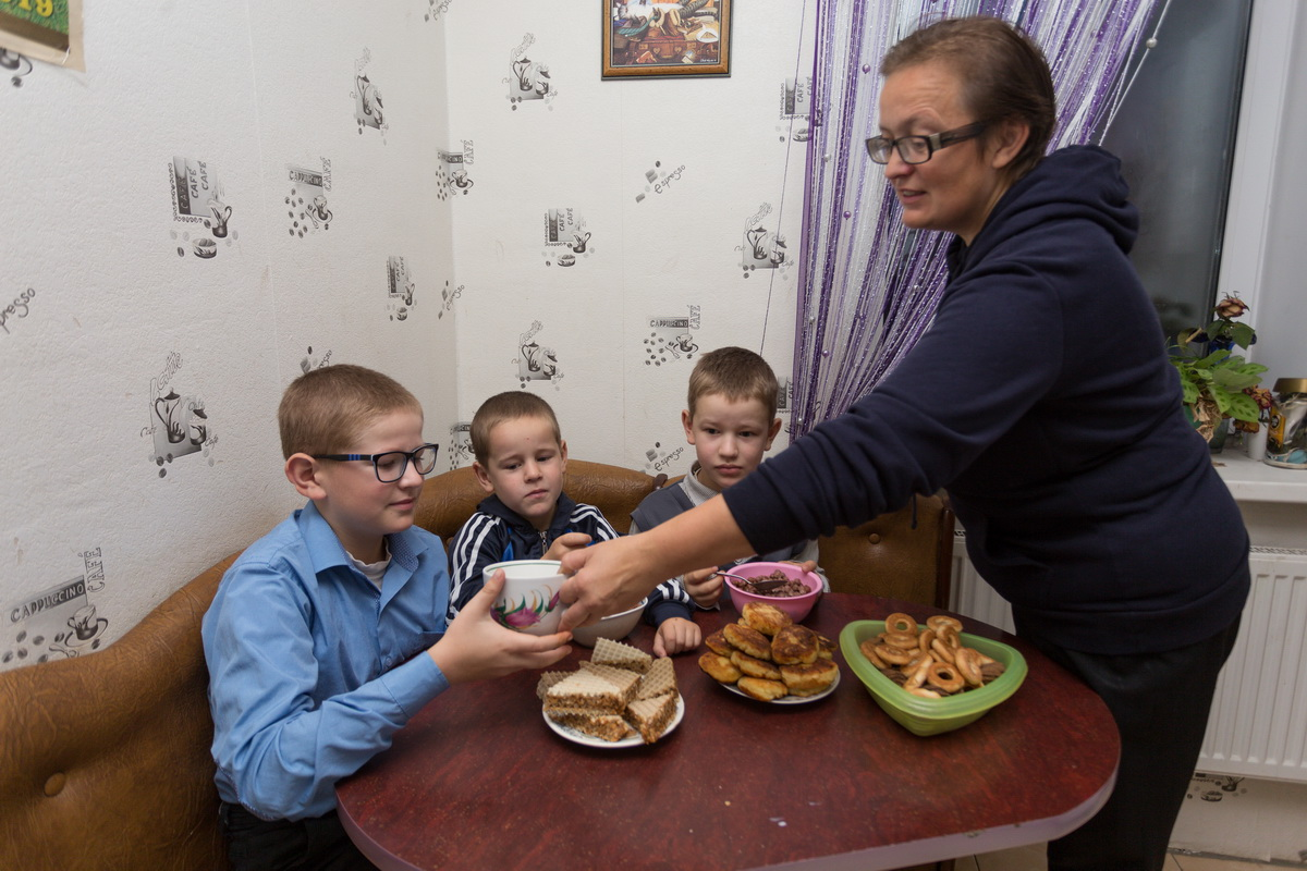 Елена Дегиль кормит сыновей завтраком перед тем, как отправить в школу и садик. Фото: Александр ЧЕРНЫЙ.
