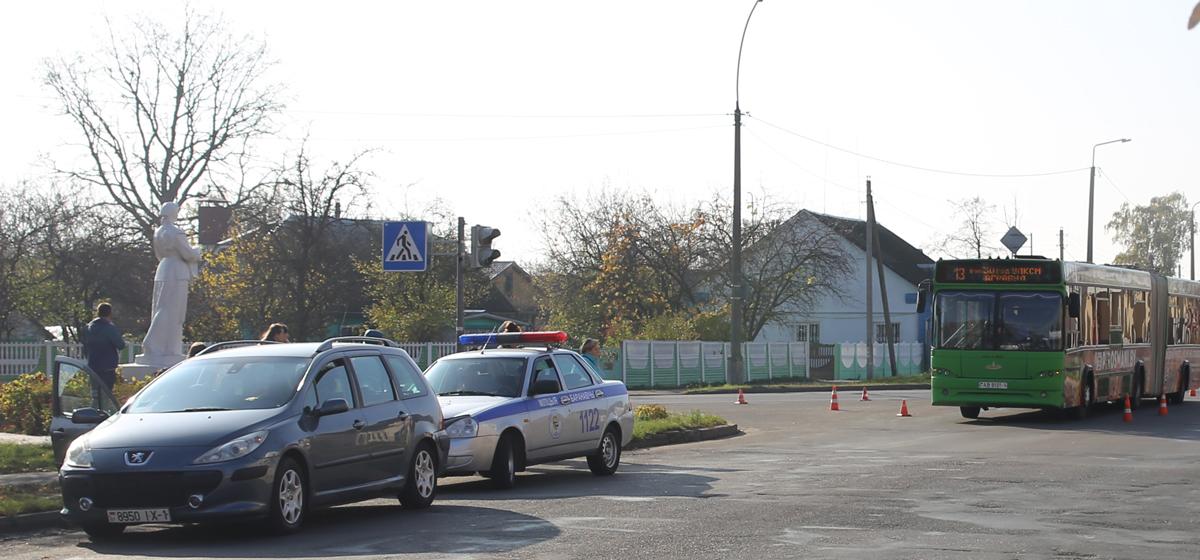 Автомобиль и городской автобус столкнулись в Барановичах
