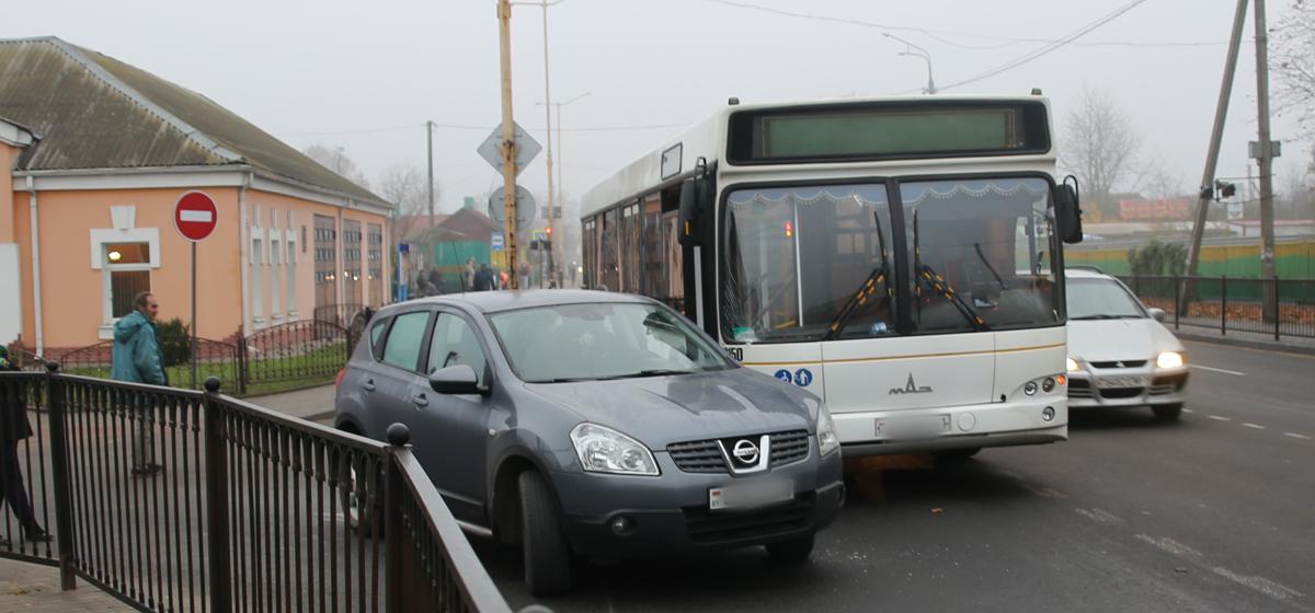 В Барановичах на перекрестке столкнулись автомобиль и автобус. Фотофакт