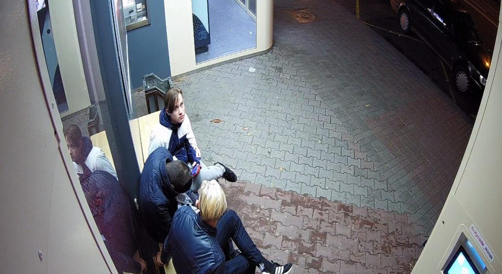 В Минске пьяного, спящего на остановке под десятью камерами видеонаблюдения, ограбили дважды. Видеофакт