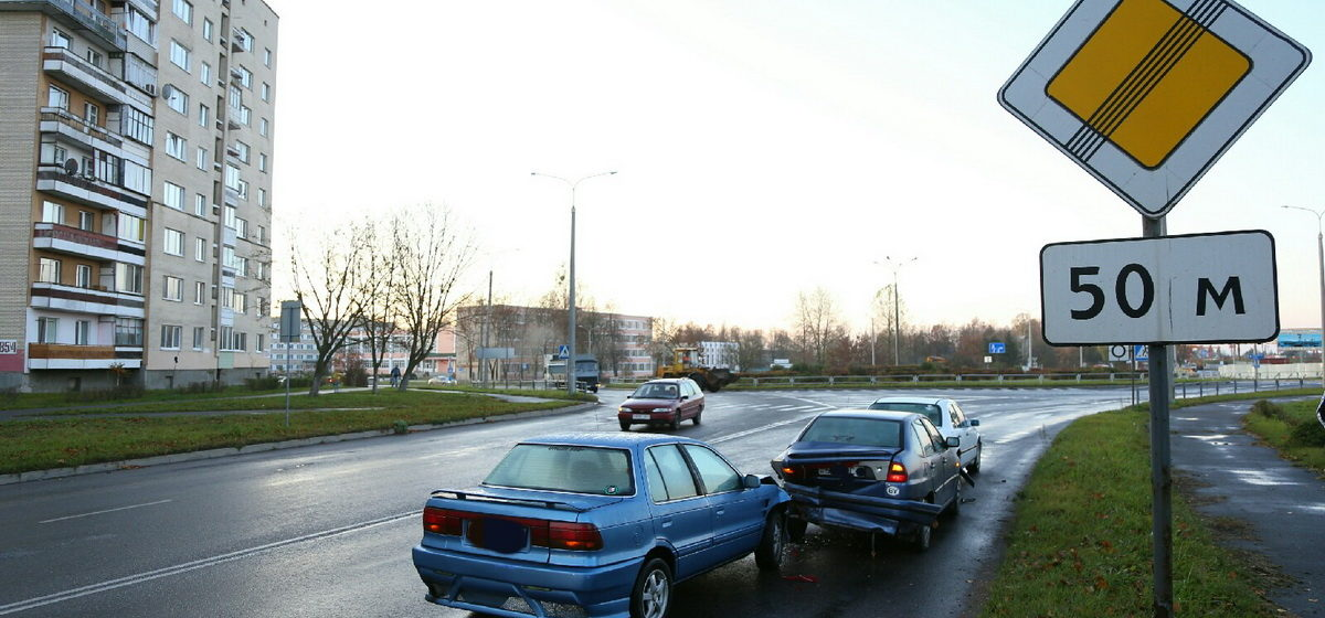 Mercedes, Seat и Mitsubishi Lancer столкнулись в Барановичах. Фотофакт