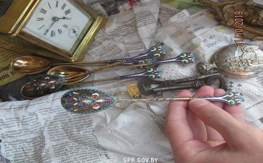 Россиянин пытался ввезти в Беларусь антикварные золотые ложки, будильник и кольцо