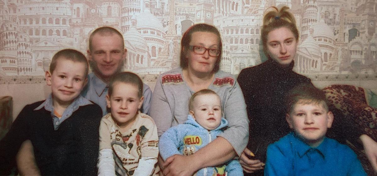 Елена Дегиль, ее муж Алексей и пятеро детей. Фото: архив семьи ДЕГИЛЬ