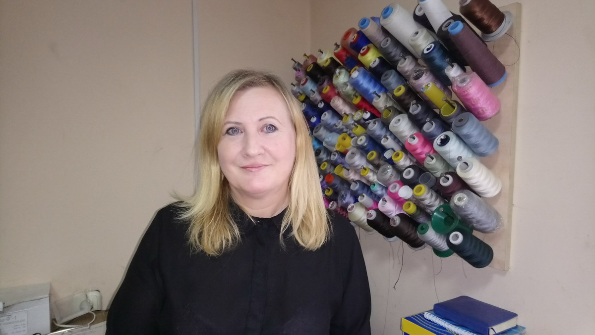Валентина Телятникова десять лет назад получила субсидию от государства и открыла на нее свою мастерскую по ремонту одежды.  Фото: Людмила СТЕЦКО
