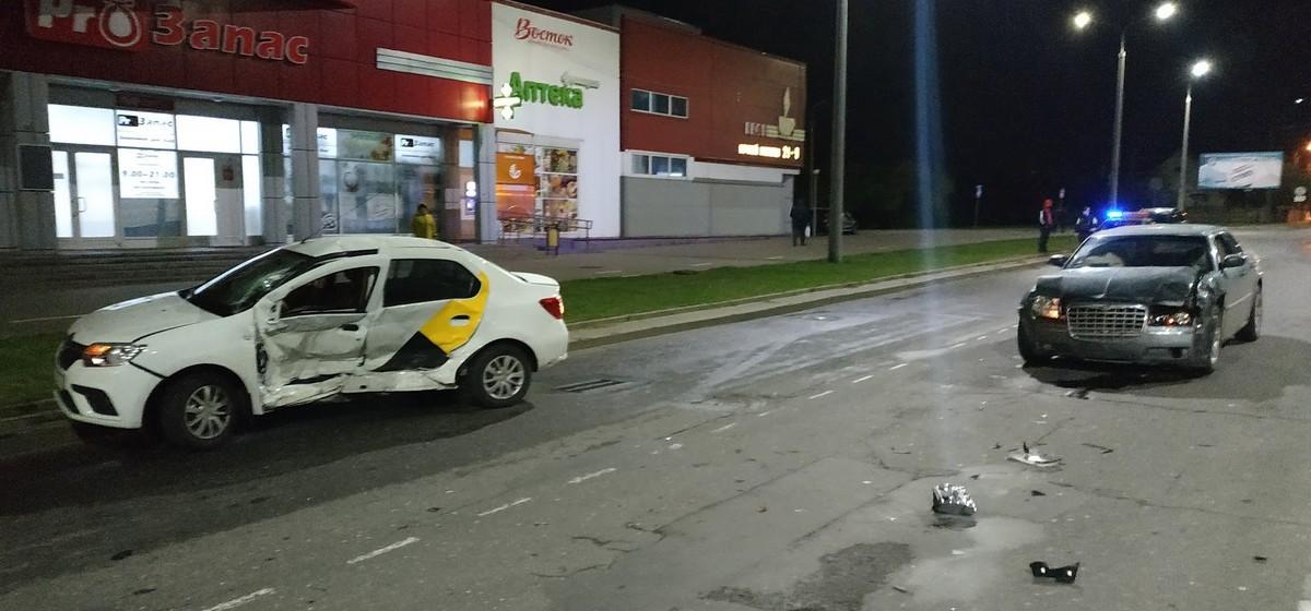 Яндекс.Такси и Chrysler столкнулись в Барановичах