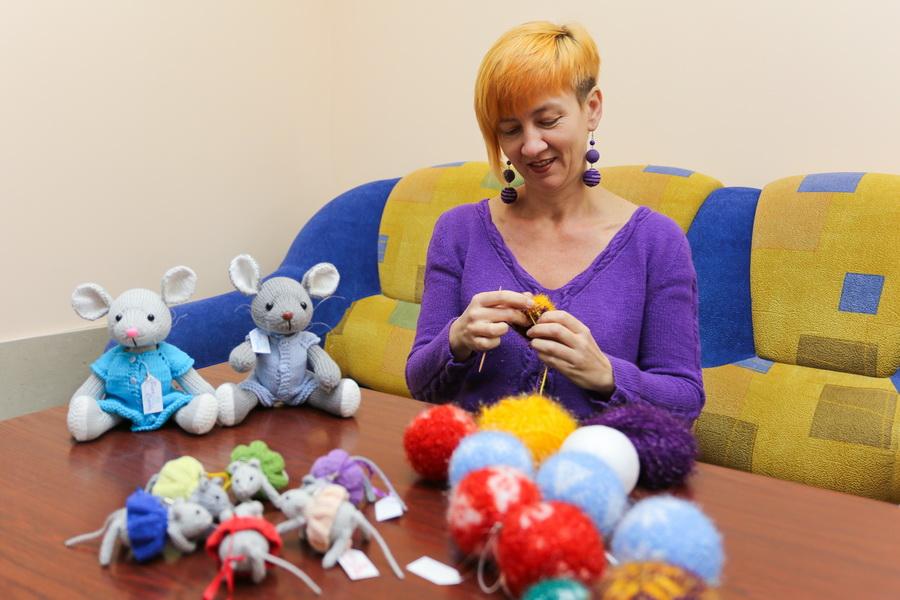 Вера Серова уже начала готовиться к Новому году: вяжет мышей – символ 2020 года, а также создает эксклюзивные шарики на елку с различными узорами. Фото: Александр ЧЕРНЫЙ