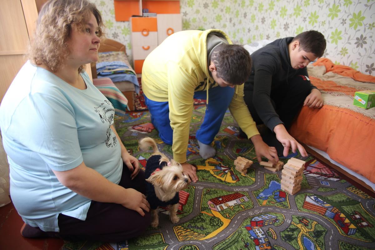 Алеша и Стас  Сайфутдиновы обожают собирать конструкторы. По словам Аллы, за этим занятием мальчики могут провести несколько часов.  Фото: Татьяна МАЛЕЖ