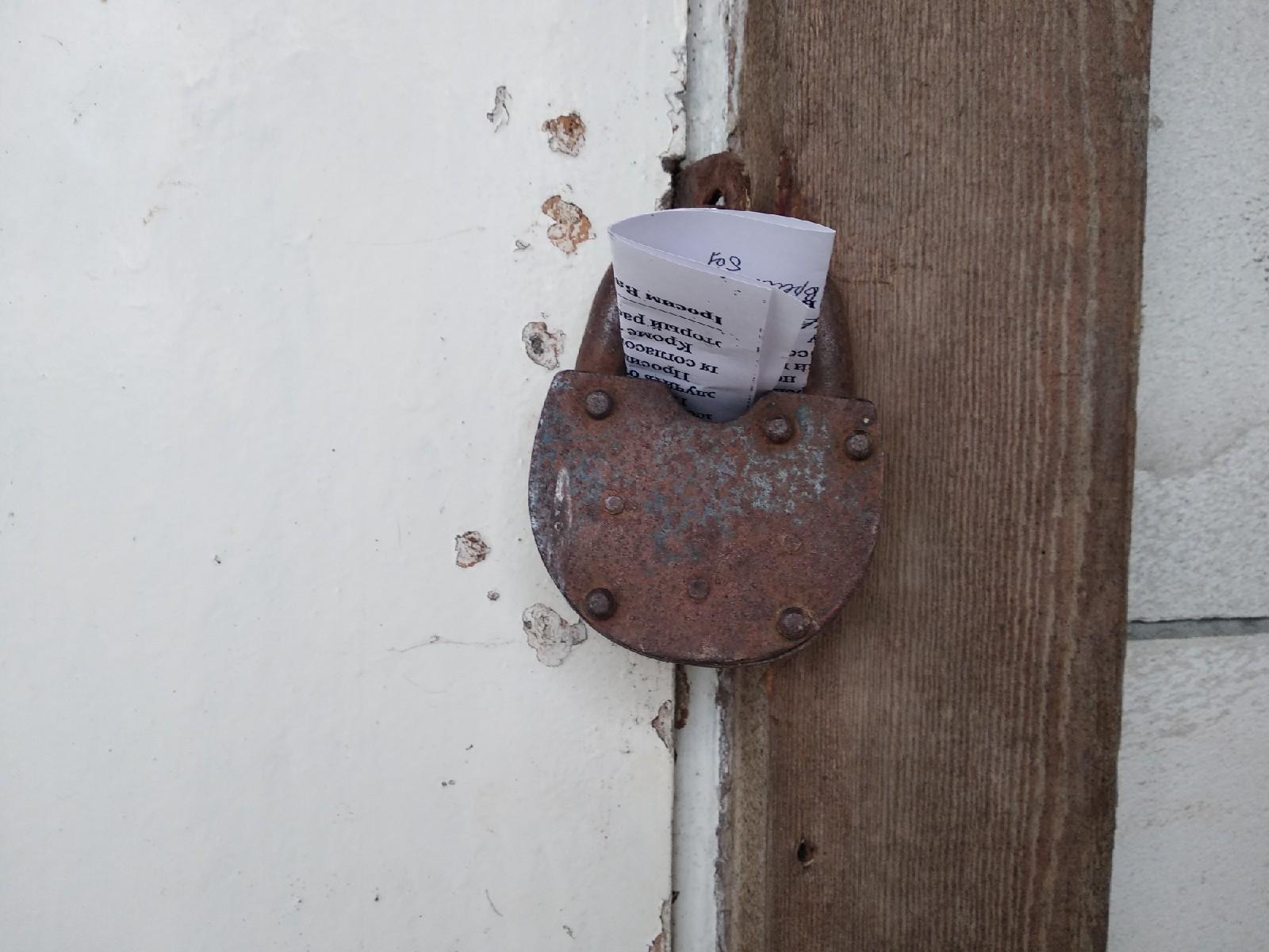 В некоторых домах нет ящиков для писем. Поэтому переписчик плотно фиксирует уведомление. Фото: Ирина Комик