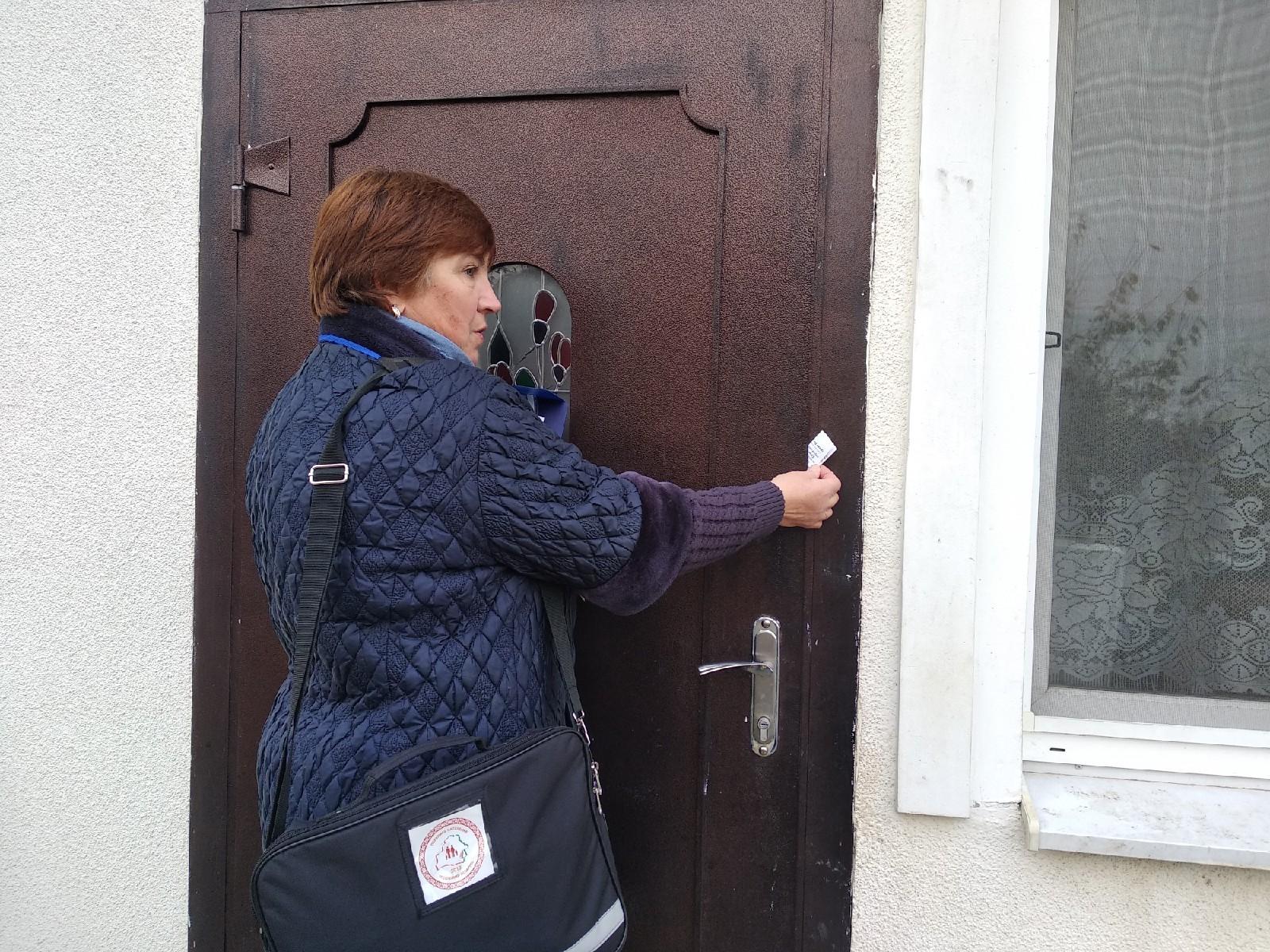 Переписчик оставляет уведомление. Фото: Ирина Комик