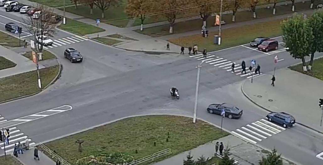 На видео попало лобовое столкновение скутера и автомобиля Mercedes в Пинске