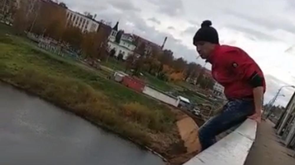 С закрытого на капремонт моста в Полоцке прыгнул 41-летний мужчина. Видеофакт